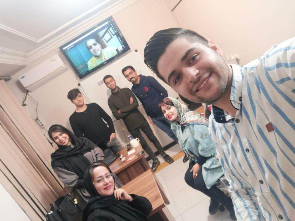 عکس یادگاری با دکتر رضا زرینی در کلاس طراحی کسب و کار اینترنتی